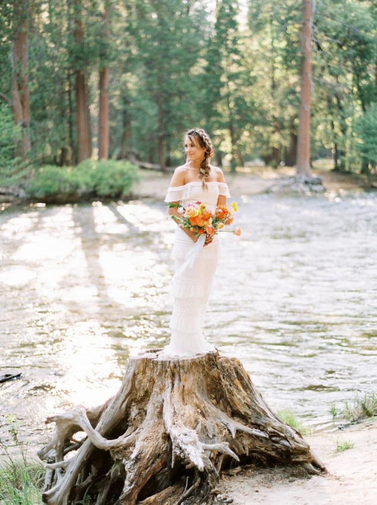 Das zweite Kleid war aus der Schulter, mit Rüschen, und die Braut trug ein kühnes bouquet von orange, gelb und rot
