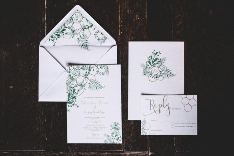 Der Hochzeits-Papeterie wurde mit einem hex-print und grün passen die shoot-Dekor