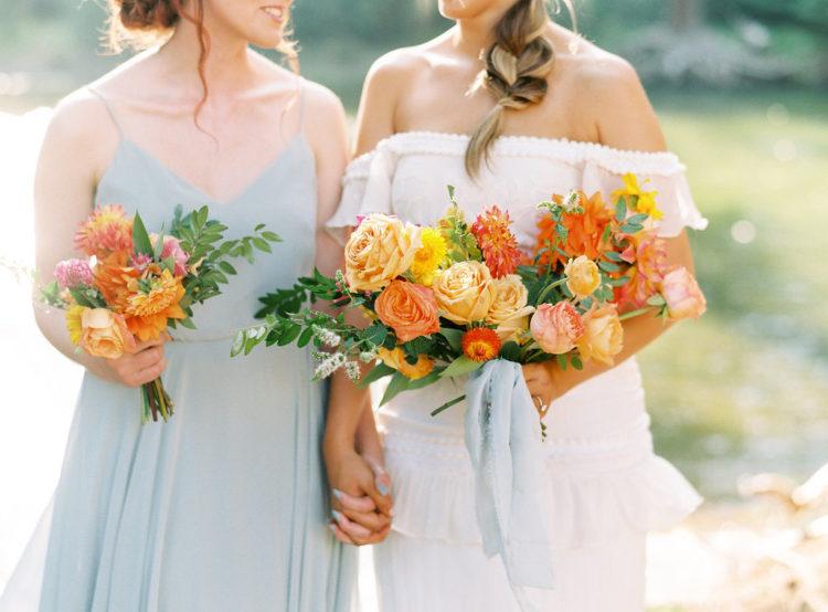 Die Brautjungfer trug ein gedämpftes blaues Kleid mit spaghetti-Trägern