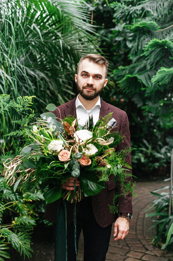 Der Hochzeits-Blumenstrauß wurde mit Farn -, Smaragd-und gold-Blätter, erröten Rosen und weißen Blüten