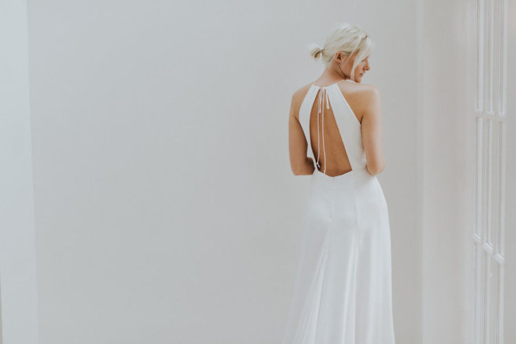 eine moderne Hochzeit Kleid mit einem neckholder-Ausschnitt und einen Ausschnitt wieder auf große Riemen