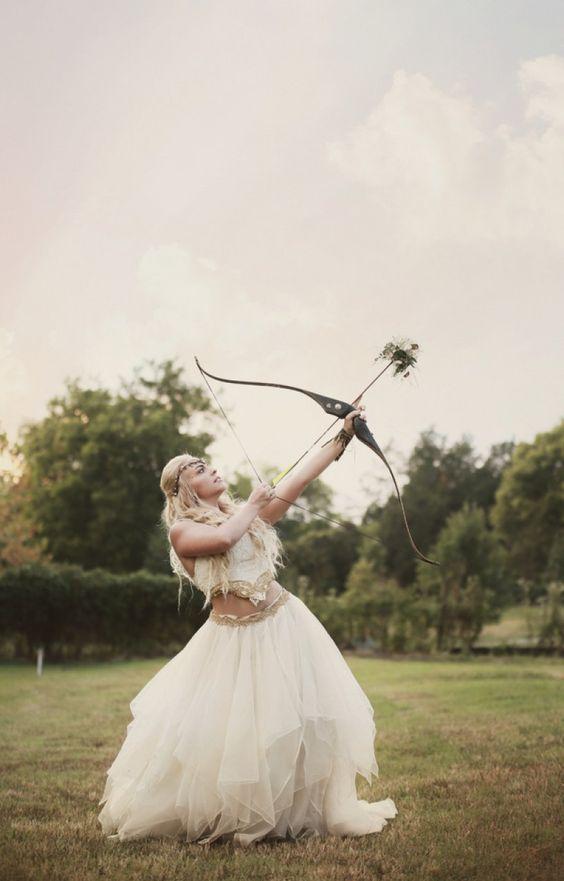 elf-inspirierten Braut rocking geschichteten Rock und ein crop top mit Stickereien verziert und einem Kopfstück