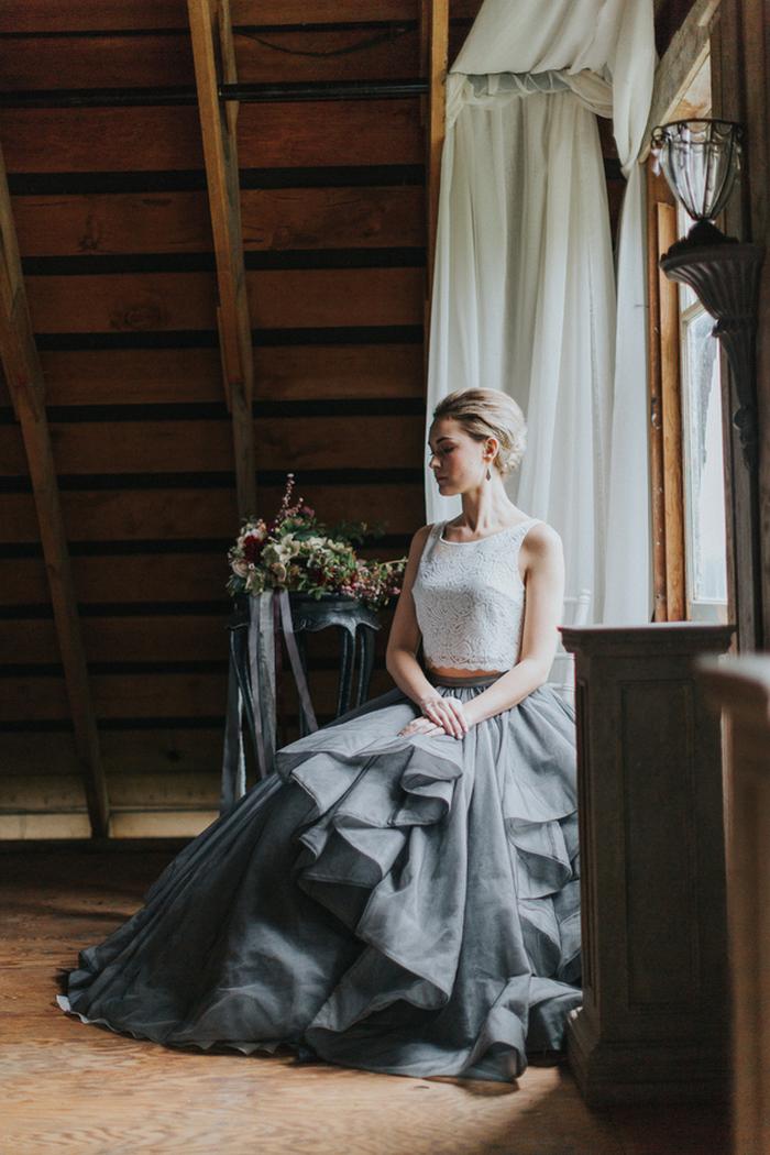 Die Braut wurde rocking eine schicke moderne separate mit einem weißen Spitzen crop top und einem grauen geschichteten Rock