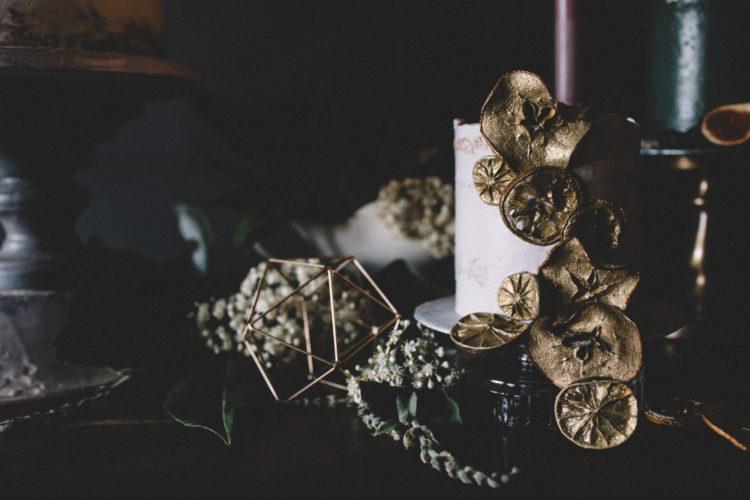 Das erste Hochzeitstorte war ein knusprig-weißen mit gold citrus slices