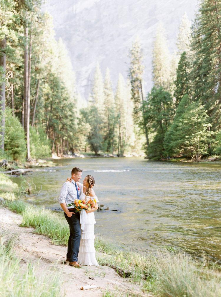 Der Bräutigam trug navy Hose, ein gemustertes Hemd, eine navy Krawatte und braune Schuhe