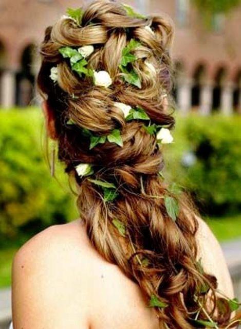 Efeu und weißen Blüten twisted Hälfte up Hochzeit Frisur