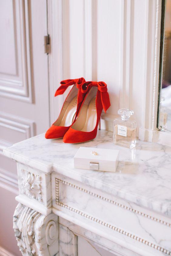 rote Wildleder-Bogen-heels für eine elegante Braut