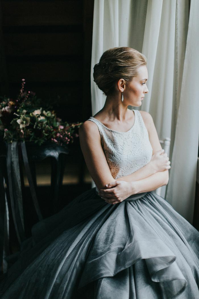 Ihr Blick war fertig mit Anweisung Ohrringe und ein chignon Frisur, für eine moderne trifft auf vintage-look