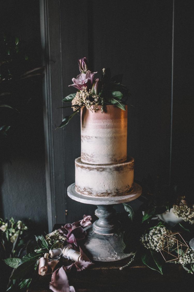 Der zweite Kuchen war ein nackter man mit Kupfer Blatt und üppigem grün und Blüten on top