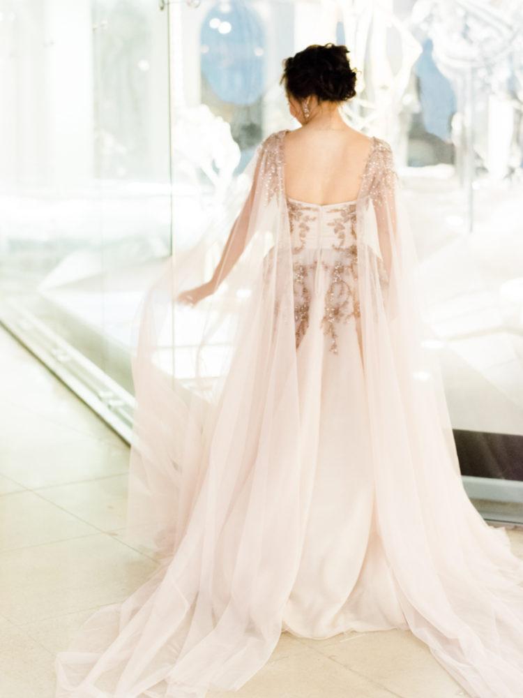 ein blush brautkleid mit Stickerei und Perlen und einem passenden cape-für ein elegantes Aussehen