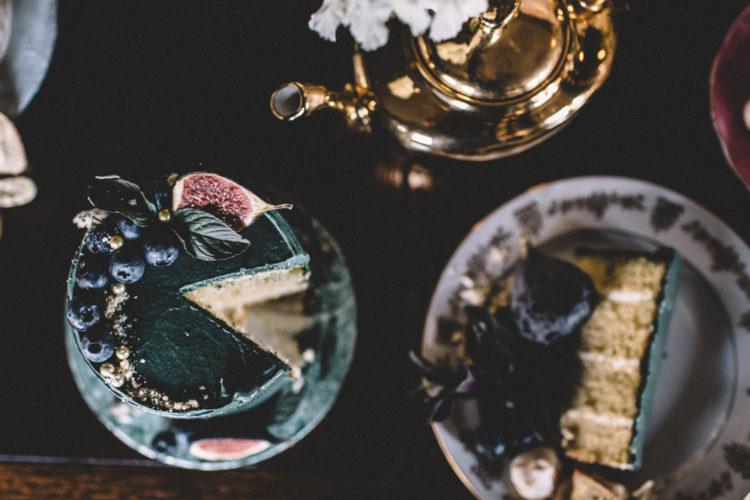 Der Dritte Kuchen war ein Smaragd, ein garniert mit Feigen und Heidelbeeren