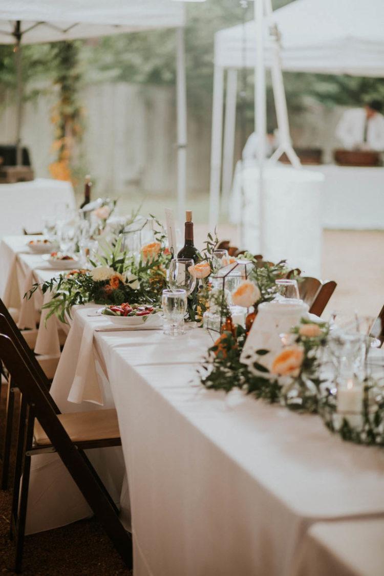 Die Hochzeit tablescape fertig war mit geometrischen Terrarien, peachy Blüten und viel grün