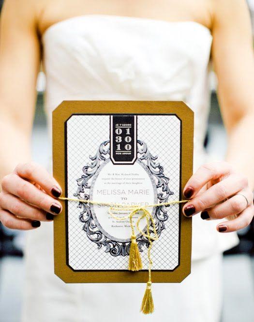 eine Hochzeitseinladung in schwarz, weiß und Senfgelb mit Quasten