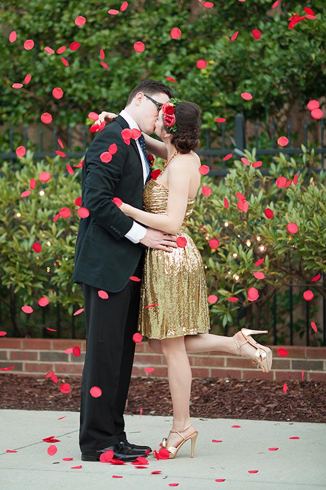 kurze gold-glitter Hochzeit Kleid und nude-Schuhe plus eine rote rose floral Krone für die Braut-look