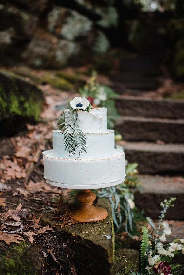 Der Hochzeits-Torte mit einem raw edge erinnerte an die Kante des Felsens