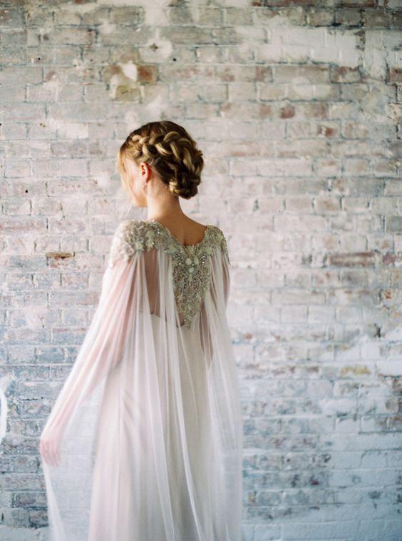 eine schicke flowy schiere Hochzeit cape mit schweren Verzierungen für eine Anweisung-look