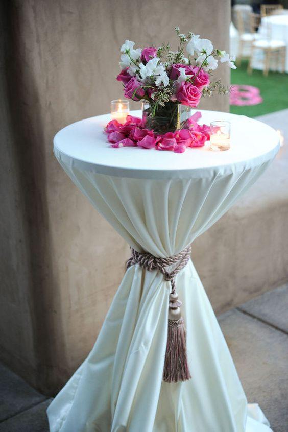 ein cocktail-Tisch gefesselt mit einem Seil und Quaste sieht luxuriös