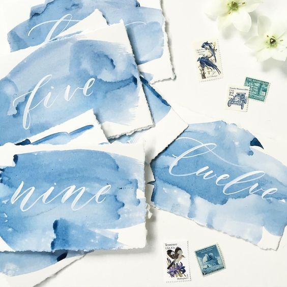 Aquarell-indigo-wedding Tischnummern mit weißen Kalligraphie