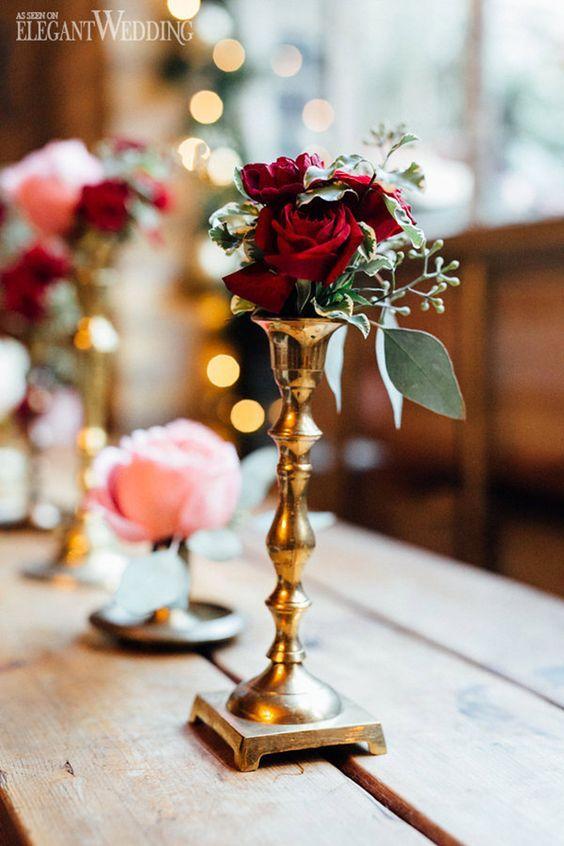 eine goldene Kerze-Halter mit Burgund Rosen und grün wird eine nette Dekoration