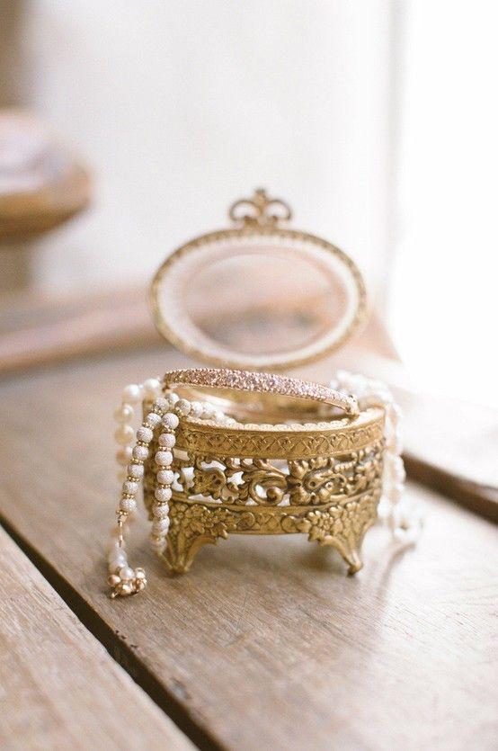 wunderschönen, antiken Schmuck-box mit einem ei-förmige top