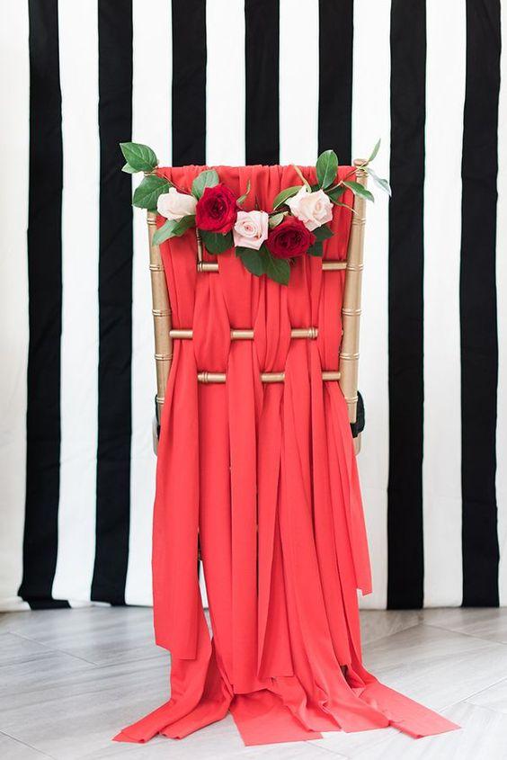 gold Stuhl mit rotem Stoff Dekor und ein Blumen-posie von blush und rote Rosen