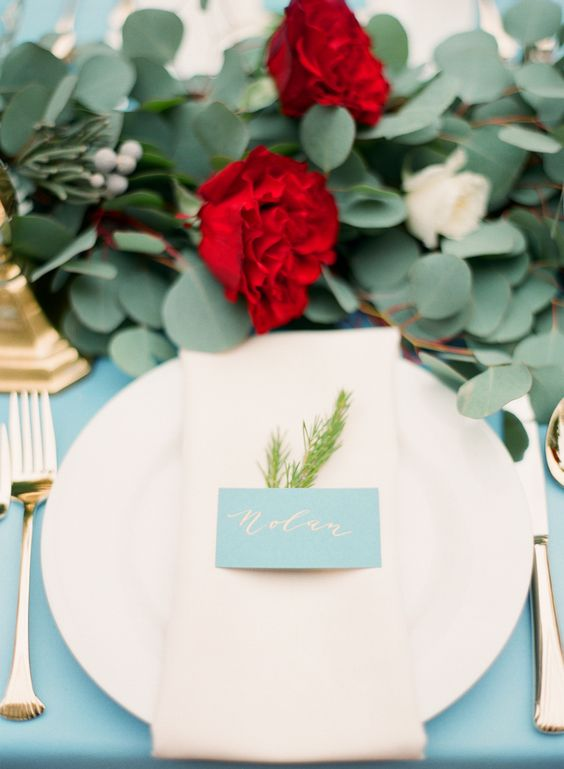 eine üppige Blattwerk und Roter Blüte Tischläufer gold Besteck für einen coolen tablescape