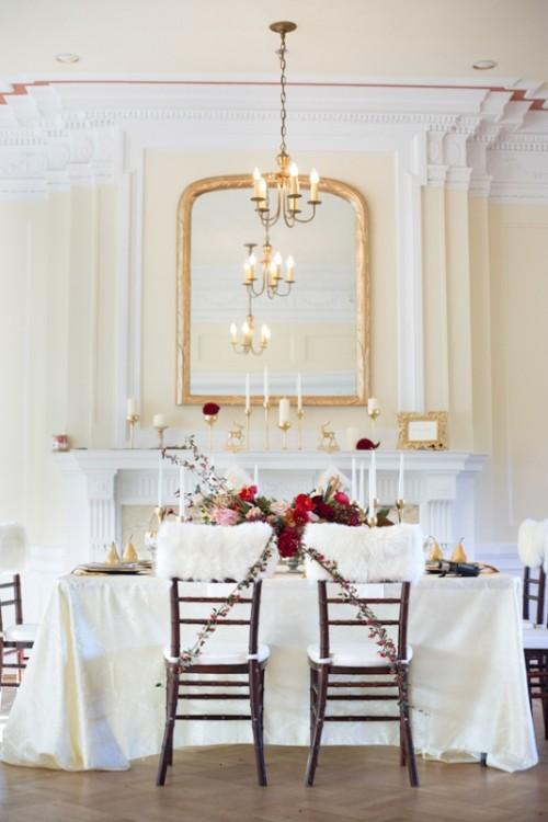 eine raffinierte Hochzeitsfeier Raum mit einem Hauch von rot und gold und Kunstfell