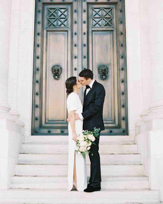 ein Kurzarm-Hochzeitskleid mit seitlichem Schlitz und heels für eine moderne Hochzeit