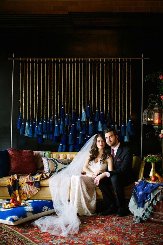 eine Hochzeit hintergrund mit großen Quasten in den Farben blau für eine Hochzeit