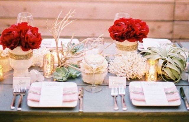 eine Hochzeit tablescape mit weiß und gold-Glitzer Vasen und rote Rosen