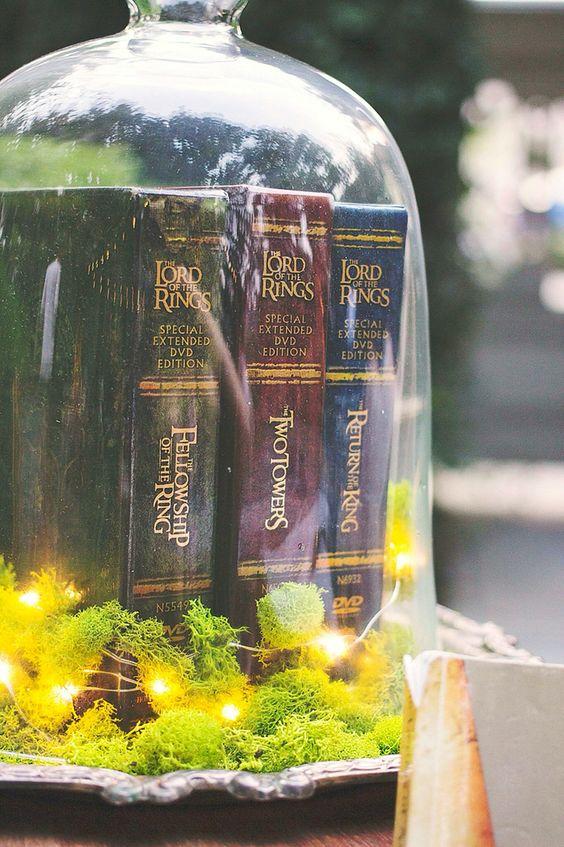 LOTR Bücher in einer cloche mit LEDs und Moos auf einem silbernen Tablett, ist eine erstaunliche Herzstück Idee