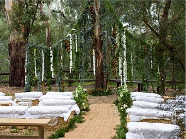 HDR-inspirierte Zeremonie-Raum mit hängenden Blumen und grün und Heu bedeckt mit Gewebe für ein hobbit fühlen