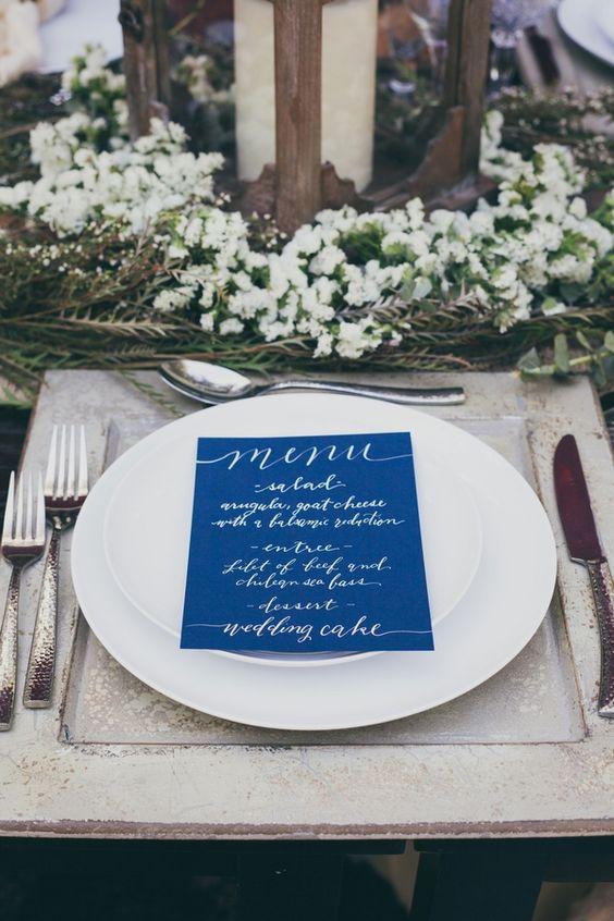 ein indigo-Hochzeit-Menü mit weisser Kalligraphie