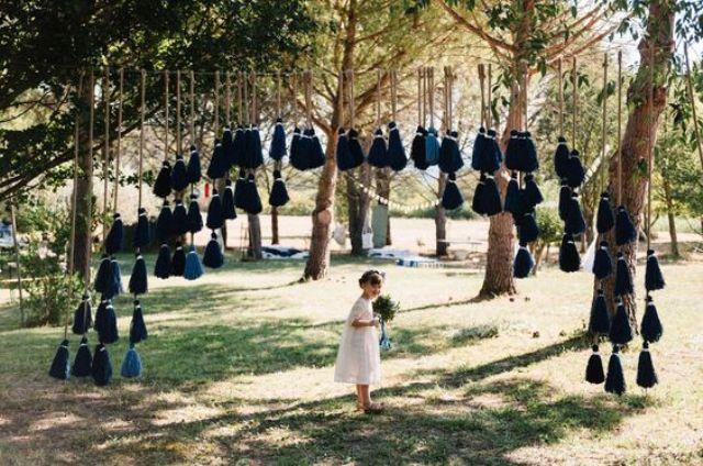 eine Hochzeit Bogen mit übergroßen navy und blauen Quasten sieht wow