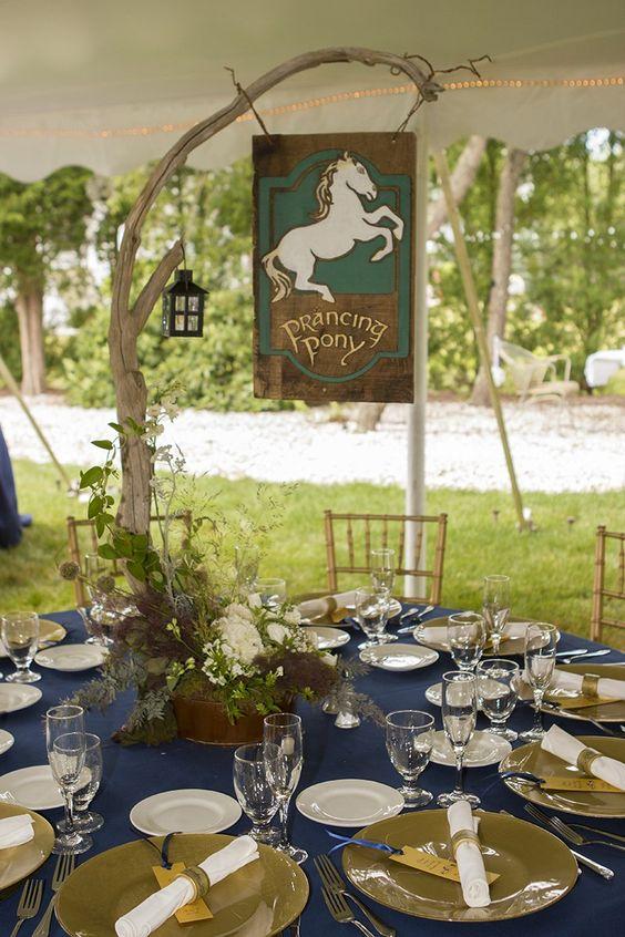 die dekorierten Tisch in Marine und grün, mit einem Zweig Herzstück, eine Laterne und ein Schild mit dem Namen der Taverne