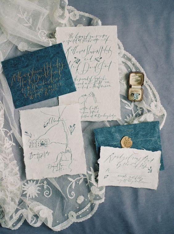 indigo Umschläge mit weißem lädt und Kalligrafie, gold-Dichtungen für einen schicken touch