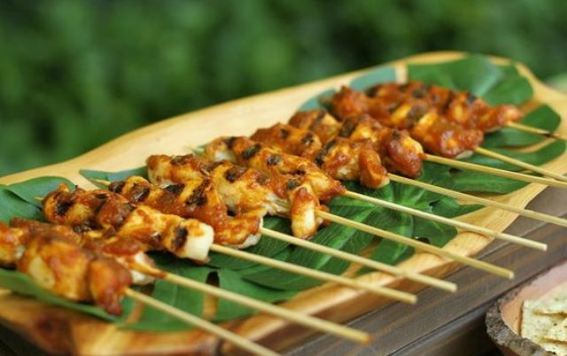 serve appetizers on various tropical leaves to emphasize your wedding theme