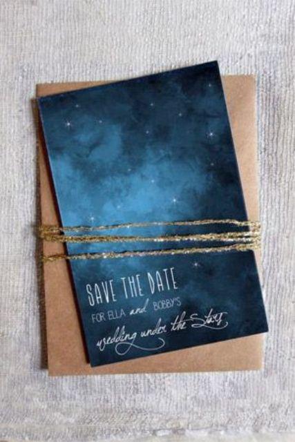 indigo sky-inspirierte save the date mit Sternen und einem Kupfer-Umschlag