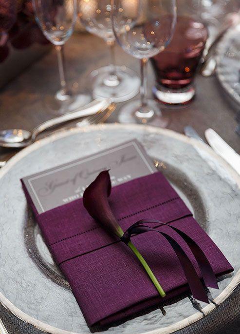ein eleganter Ort mit einer lila Serviette und ein lila calle Lilie