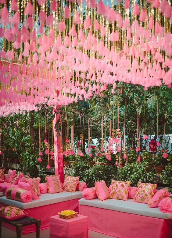rosa Quasten hängen über die Hochzeit ist ein Spaß und gewagte Idee
