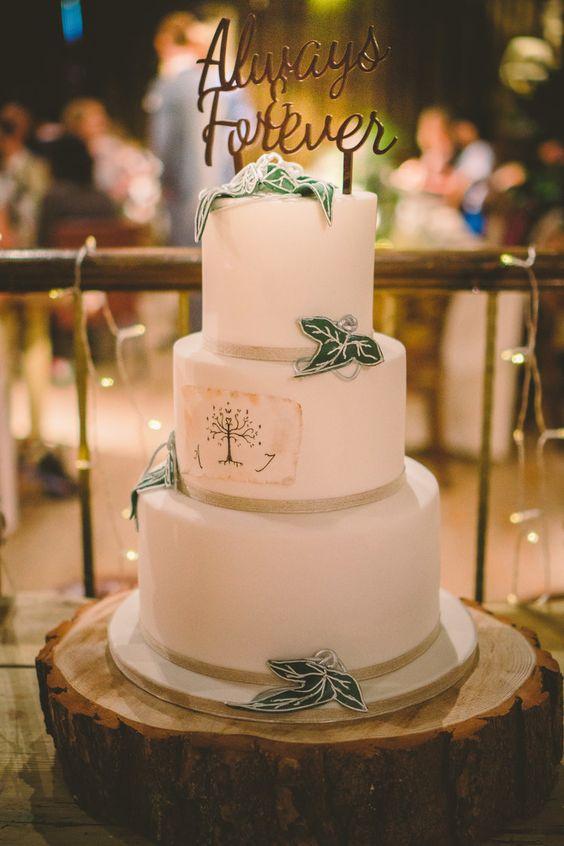 ein HDR inspiriert Hochzeitstorte mit einem Zitat und Elfen Blättern