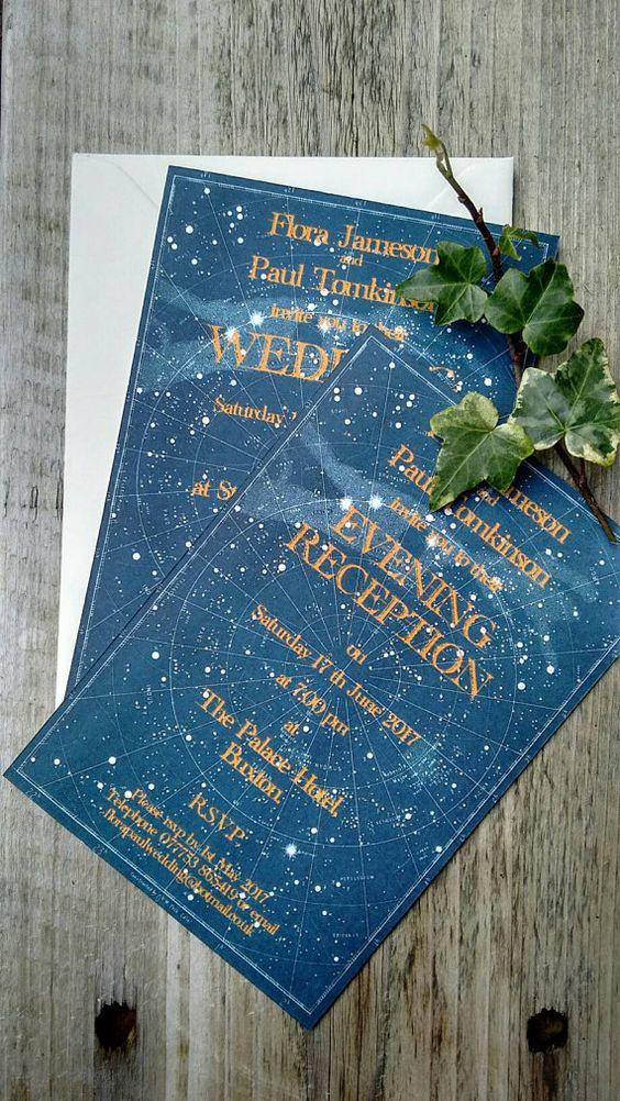 indigo-Hochzeits-Einladungen mit dem Sternenhimmel gezeigt und Kupfer-Buchstaben