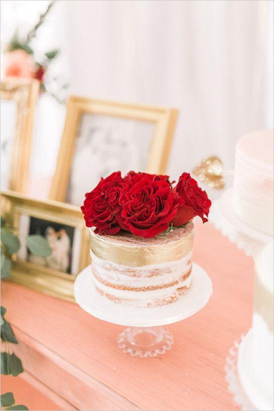 nackt und gold-top-Hochzeitstorte mit roten Rosen sieht schick und zeitlos