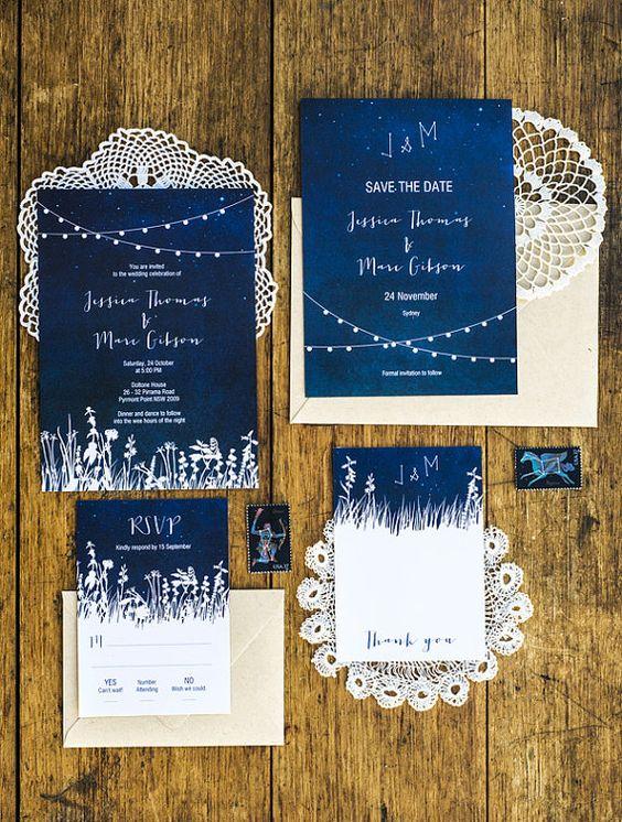 indigo Hochzeit lädt mit weißen Akzenten und weißer Schrift