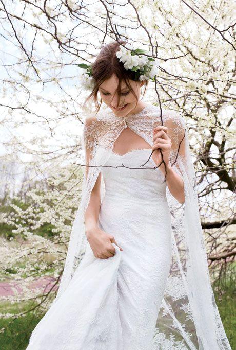 trägerlos Meerjungfrau Spitze brautkleid und eine Chantilly lace Hochzeit cape einen für eine ätherische Feder-Hochzeits-look