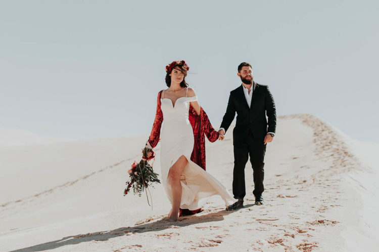 Boho Red Velvet Wedding-Shooting Auf Den Sanddünen
