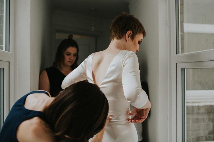Die Braut trug ein Seiden-top und Rock, denn Sie mag es nicht, formelle Kleidung,