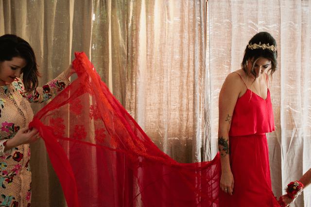 Die Hochzeit war eine Sonderanfertigung, es war eine rote mit einem spaghetti Träger top und einem Spitzen-Rock