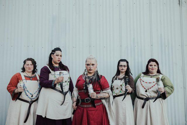 Die Brautjungfern trugen verschiedene outfits, abgestimmt das Thema Hochzeit