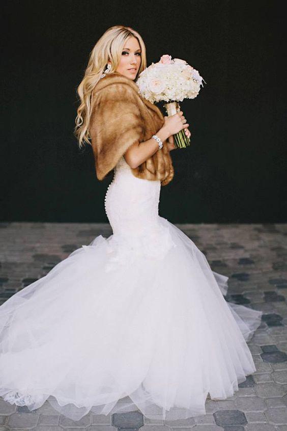 eine Meerjungfrau Hochzeit Kleid, faux-Pelz-Verheimlichung, glam-Ohrringe und ein Armband für eine schicke Hochzeits-look